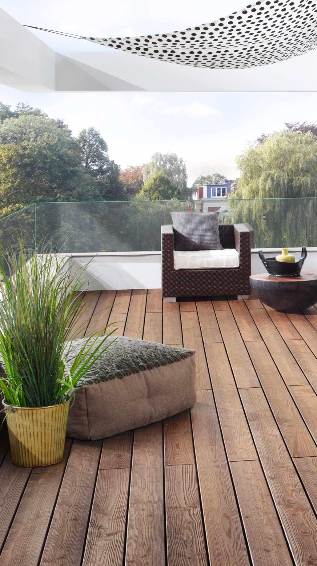 Balkon mit hochwertigen Terrassendielen und Sichtschutz   Holz Kolm in Tüßling